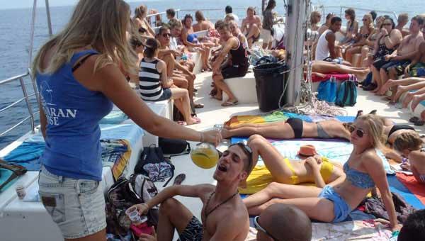 Bebida-y-fiesta-en-tu-despedida-nautica